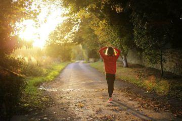 una donna che esegue la dieta della camminata