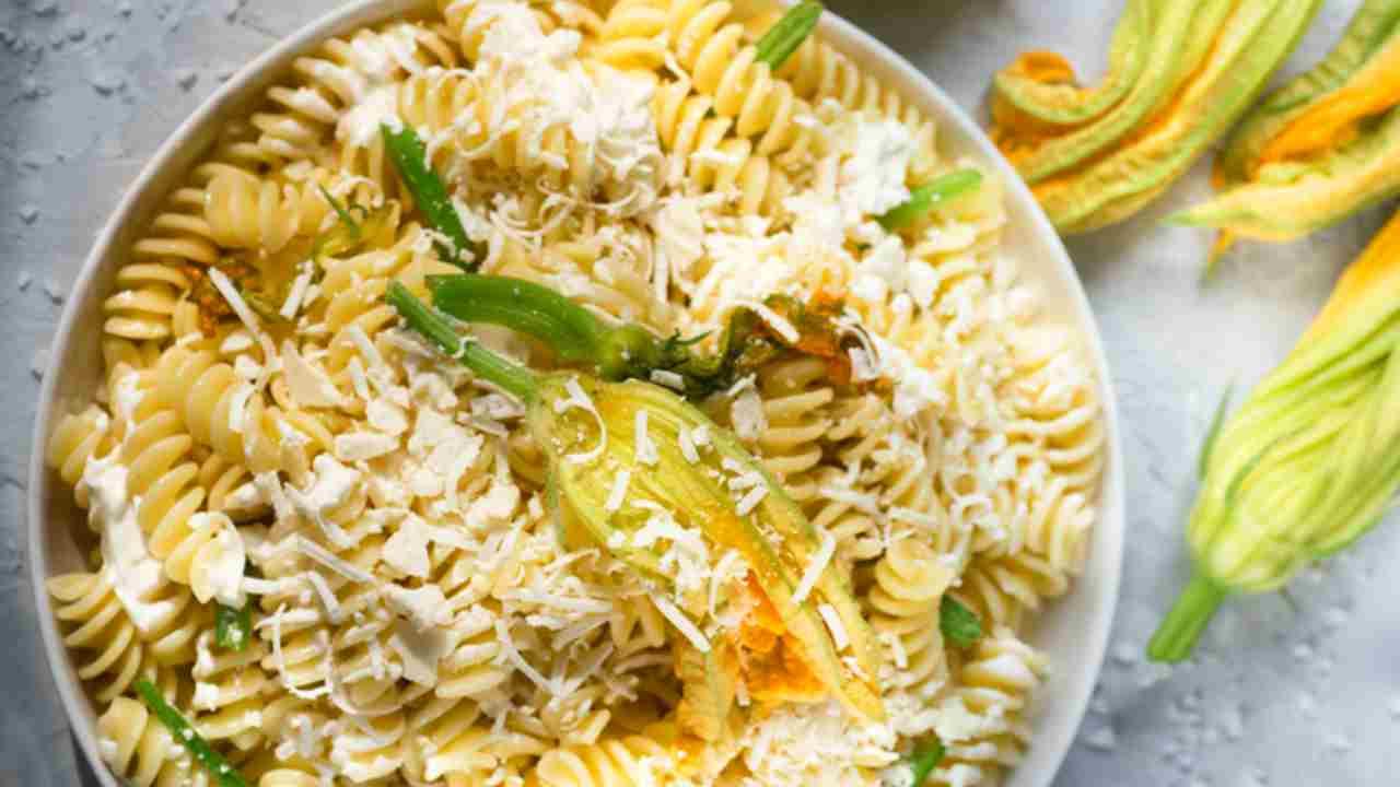 Pasta con zucchine e ricotta, un primo piatto gustoso e facile da preparare