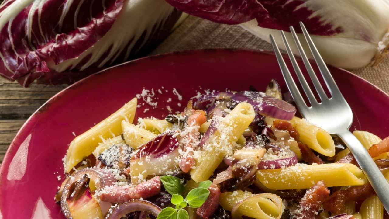Pasta con radicchio e mandorle, invitante e gustoso, si prepara in pochi minuti!