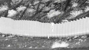 Muro MESSICO STATI UNITI le bimbe lanciate
