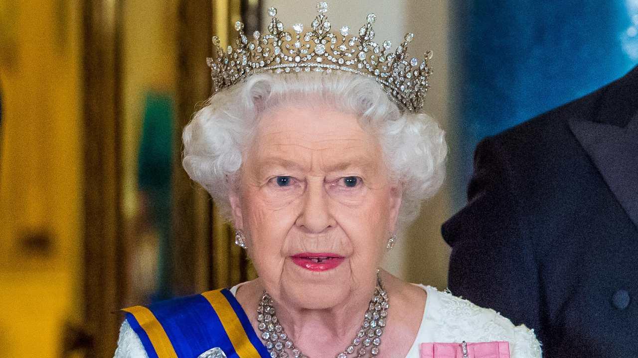 cosa ha fatto la regina elisabetta dopo il vaccino