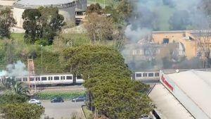 Scoppi e fiamme sul treno Roma-Lido