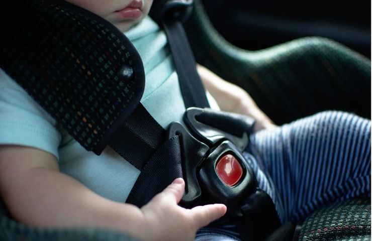 bambina lasciata auto