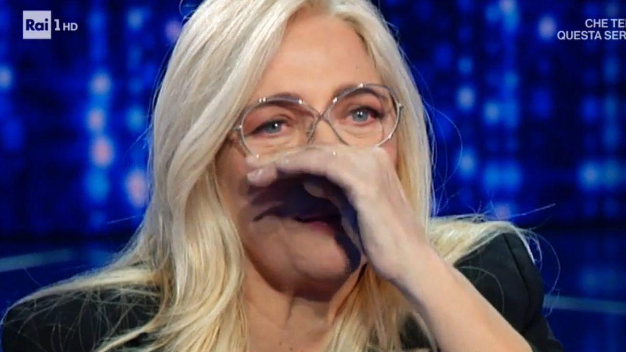 Mara Venier paresi al viso
